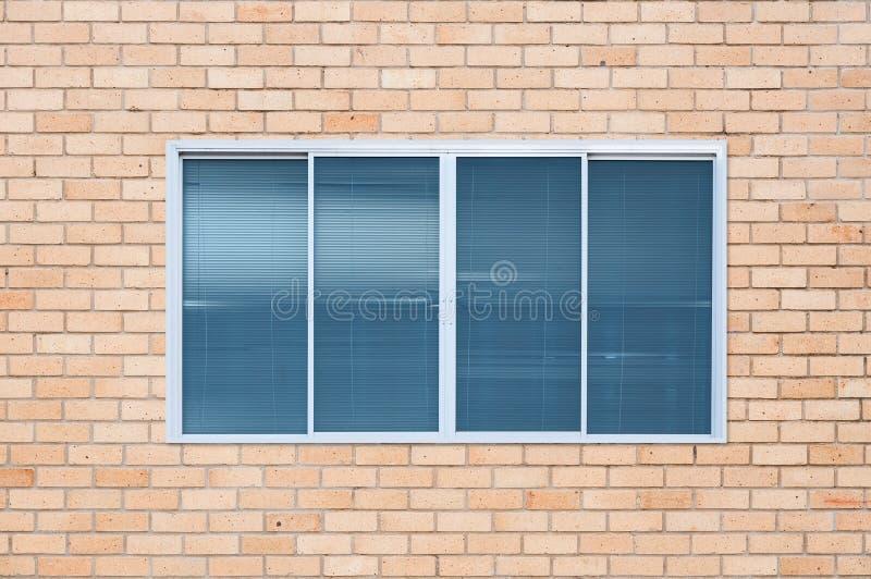 Современное стеклянное окно на кирпичной стене стоковые фотографии rf