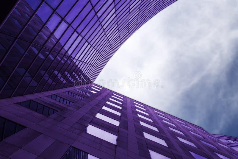 Современное фиолетовое здание стоковая фотография rf