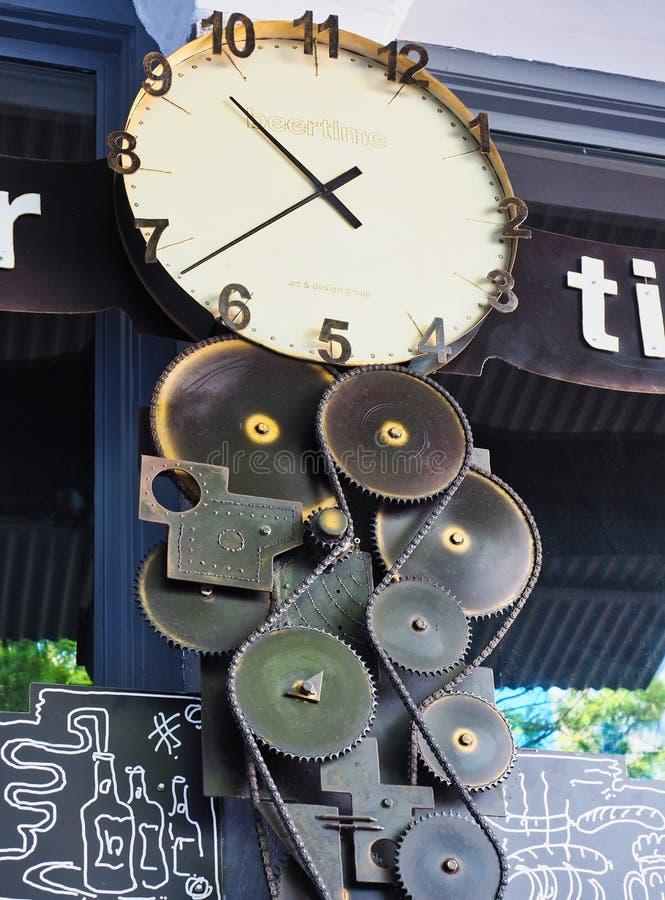 Современное функциональное искусство, часы и шестерни, Афины, Греция стоковые фотографии rf