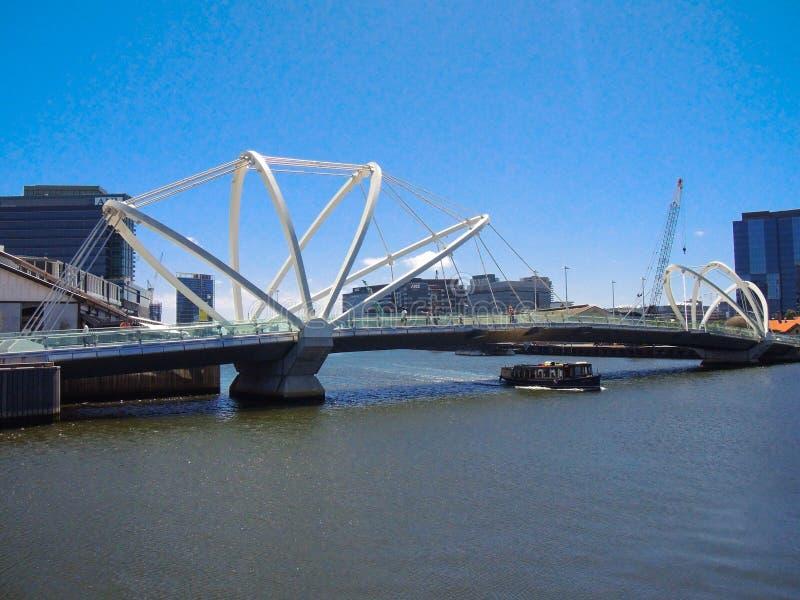 Современное ` footbridge моряки наводит ` через реку Yarra с взглядом городского пейзажа на предпосылке стоковые фотографии rf