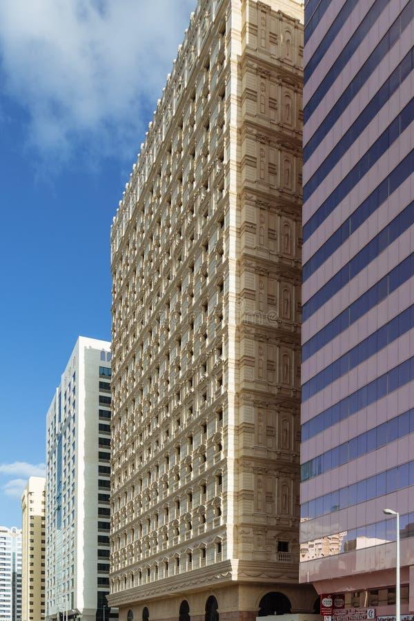 Современные арабские и современные здания на улице в Дубай стоковая фотография