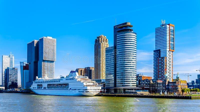 Современные архитектурноакустические высокие здания подъема и туристическое судно на терминале круиза Голландии Amerikakade в Рот стоковая фотография