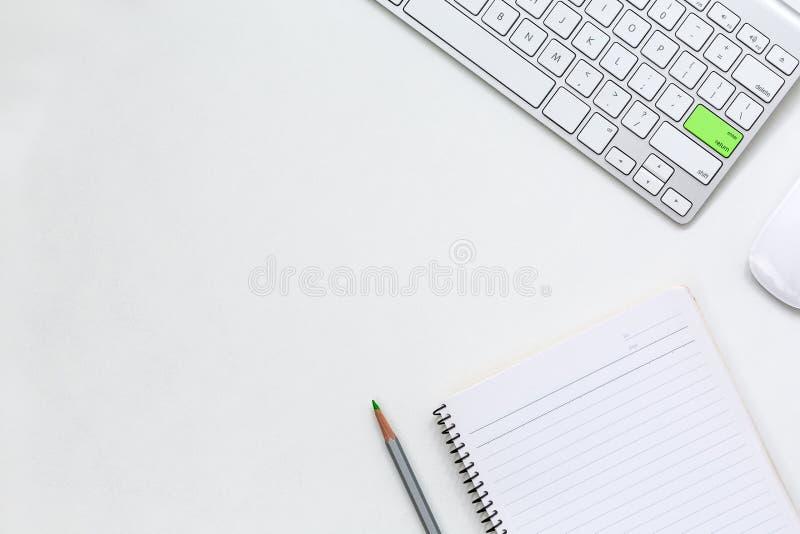 Современные бумага и компьютер темы дела на белой таблице стоковые фотографии rf