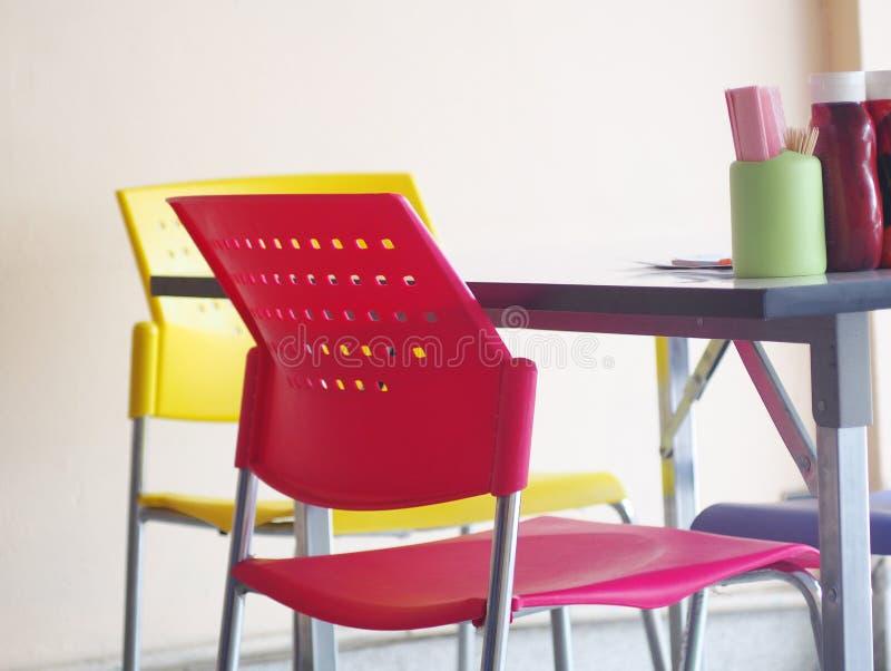 Современные внутренние украшение и мебель стиля в лапше ходят по магазинам стоковая фотография rf
