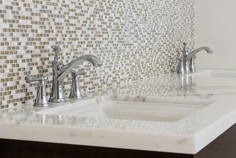 Современные двойные раковины и приспособления ванной комнаты стоковая фотография rf