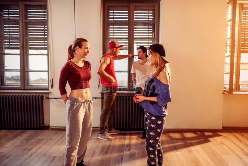 Современные девушки танцев в городском фитнес-центре стоковые фото