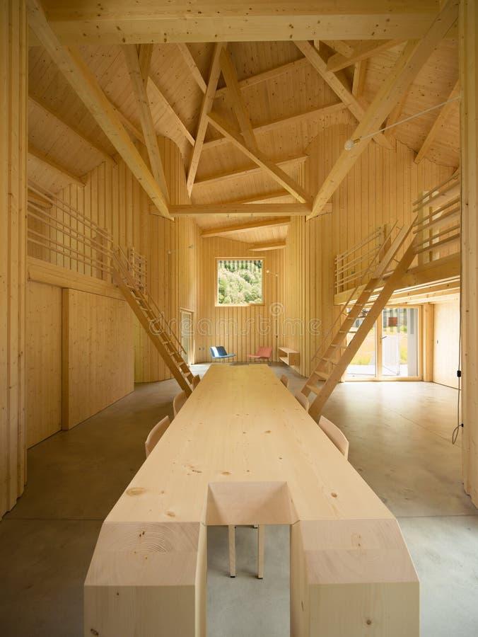 Современные деревянные домашние интерьеры с большой таблицей стоковое изображение rf