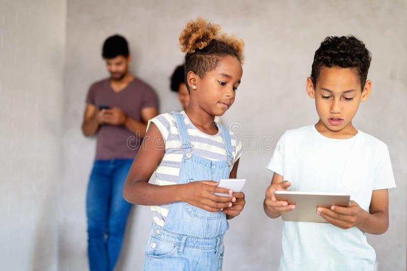 Современные дети, использующие мобильные устройства, планшеты, смартфоны Концепция технологии стоковое изображение