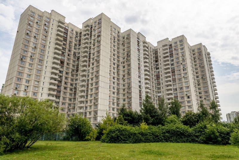 Современные жилые дома высотного здания в новых районах Москвы стоковое изображение