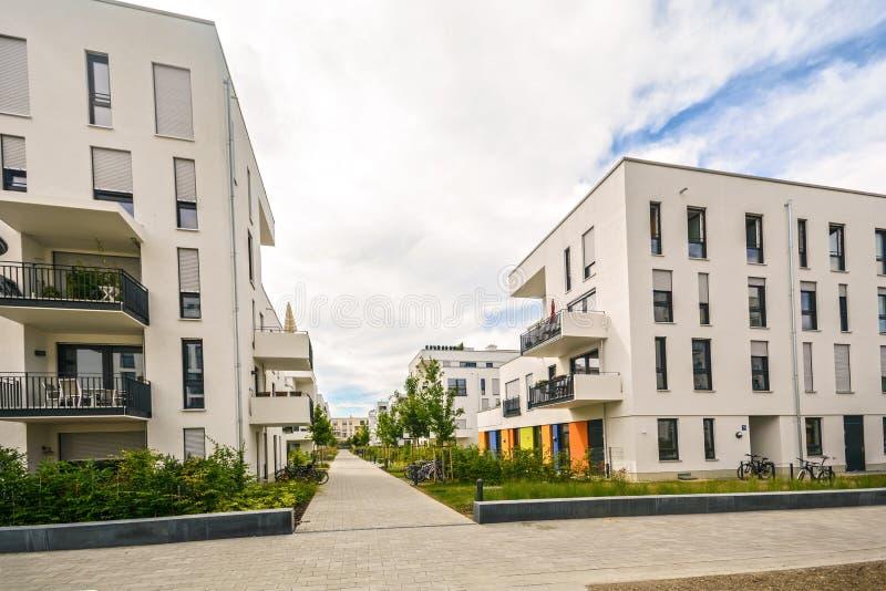 Современные жилые дома с внешними объектами, фасадом новых низкоэнергических домов стоковое фото rf