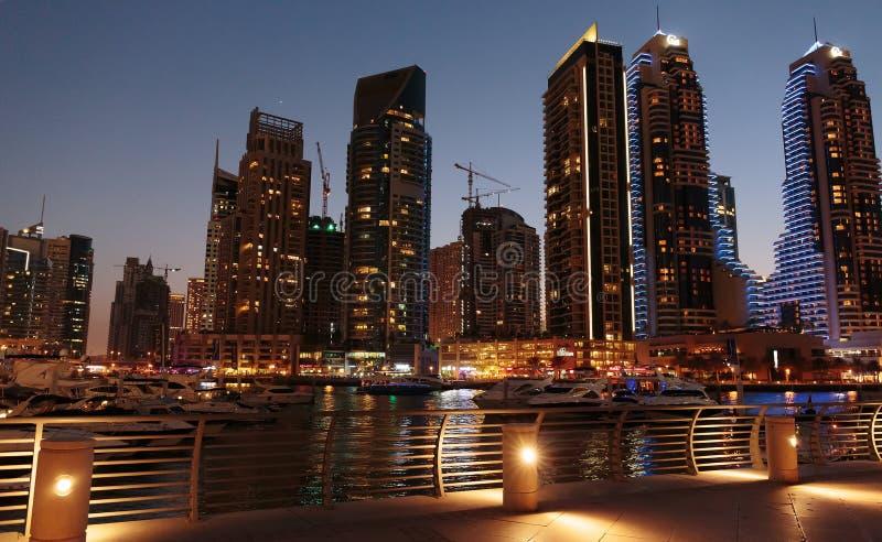 Современные здания в Марине Дубай на ноче ОАЭ стоковая фотография