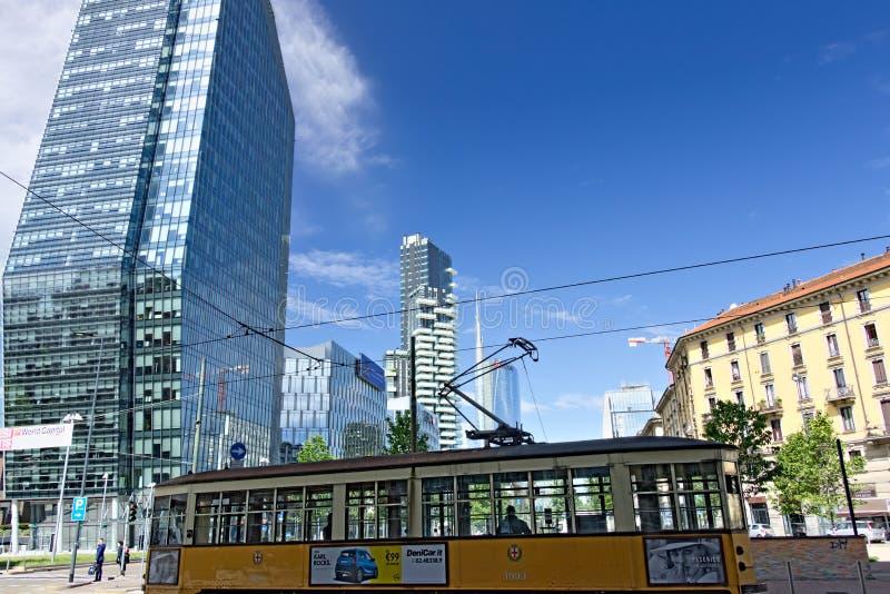 Современные здания, небоскребы, дороги и движение в Милане Towe стоковые фото
