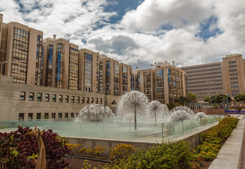 Современные здания, двор и фонтан стоковые фотографии rf