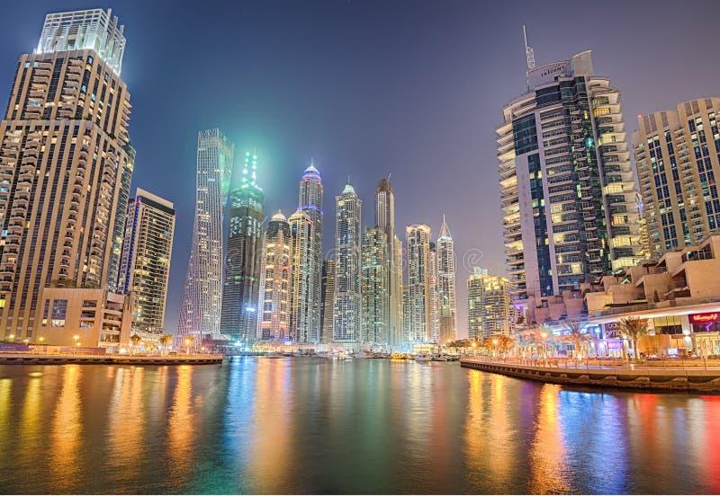Современные здания в районе Марины Дубай на ноче стоковое фото rf