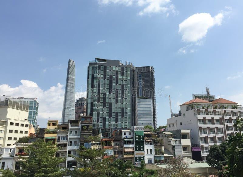 Современные здания на Phu моя повешенная деревня в Сайгоне, Вьетнам стоковое изображение