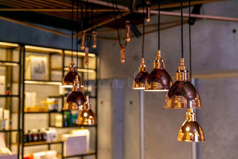 Современные и промышленные лампы стиля в интерьере салона красоты или ресторана интерьер designe Просторная квартира-стиля стоковое изображение rf