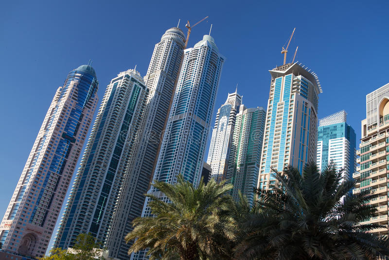 Современные и футуристические небоскребы в Дубай стоковые изображения rf
