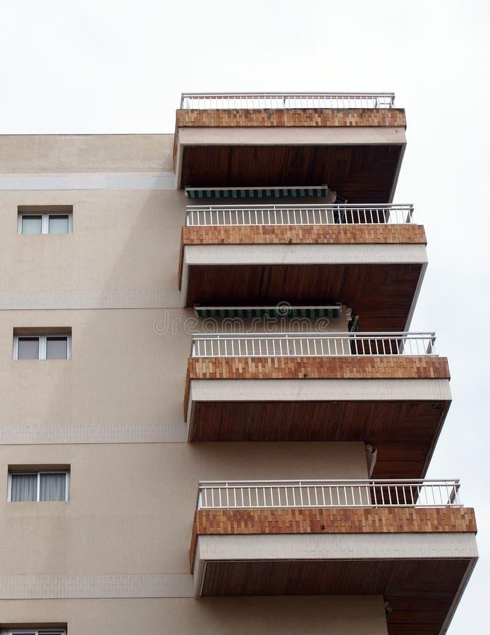 Современные квартиры highrise в бетонном здании с балконами стоковые фото