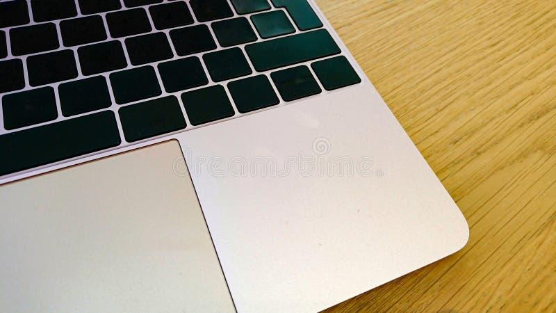 Современные клавиатура компьютера и циновка мыши с пустыми ключами стоковые изображения rf