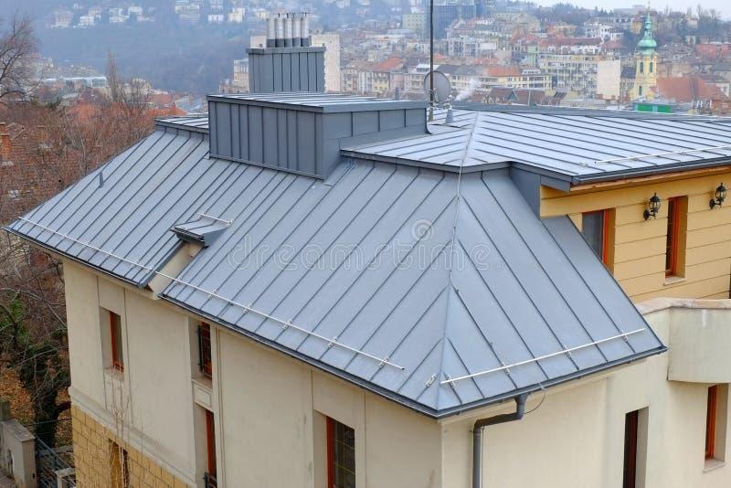 Современные клобуки Стал-крыши, печной трубы и перегара Конструкция Rofing металла Сточная канава дождя стоковое изображение