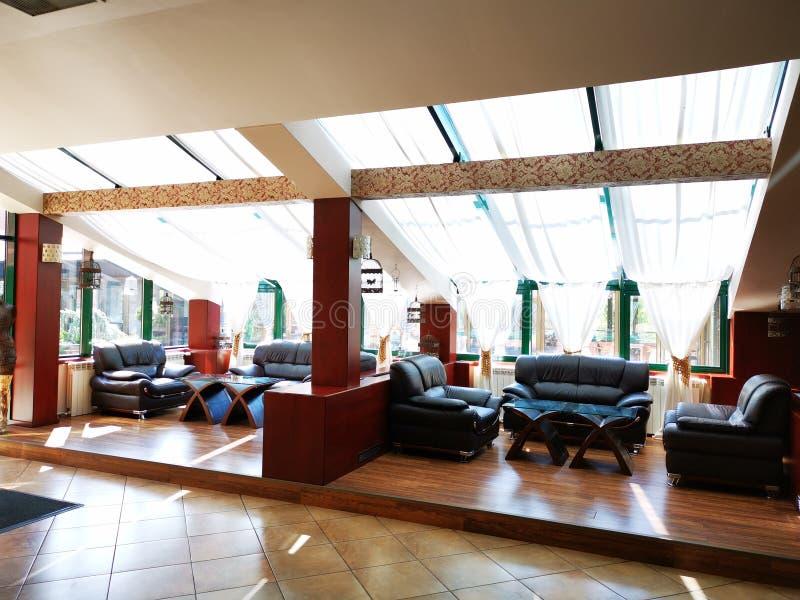 Современные кожаные диваны в лобби гостиницы стоковое фото