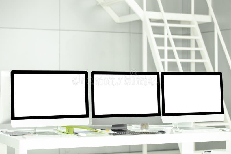 Современные компьютеры имеют пустые белые экраны и деловые документы стоковые изображения