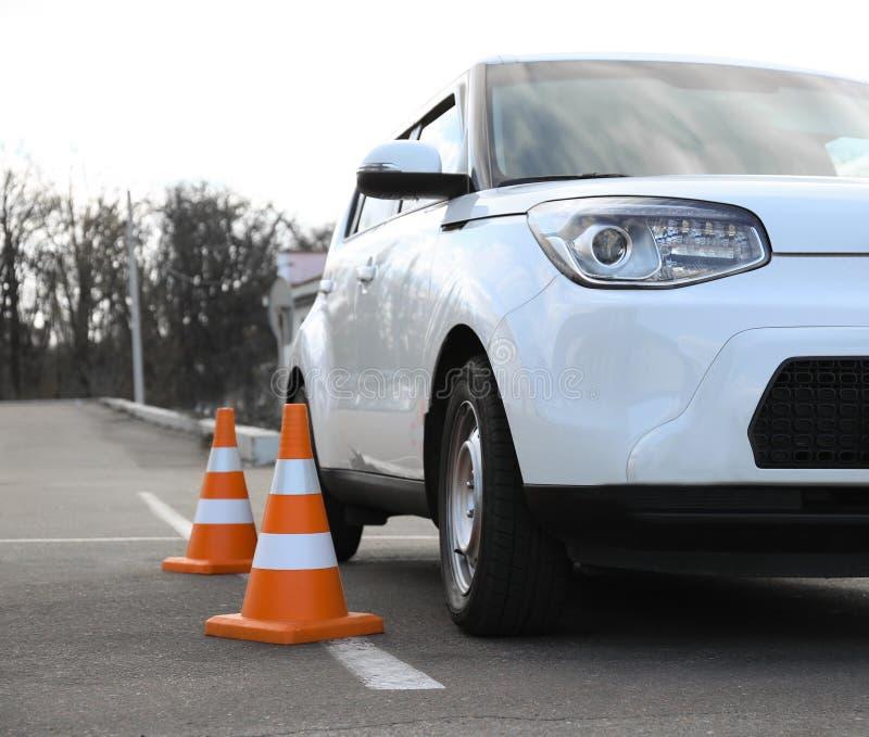 Современные конусы автомобиля и безопасности стоковая фотография