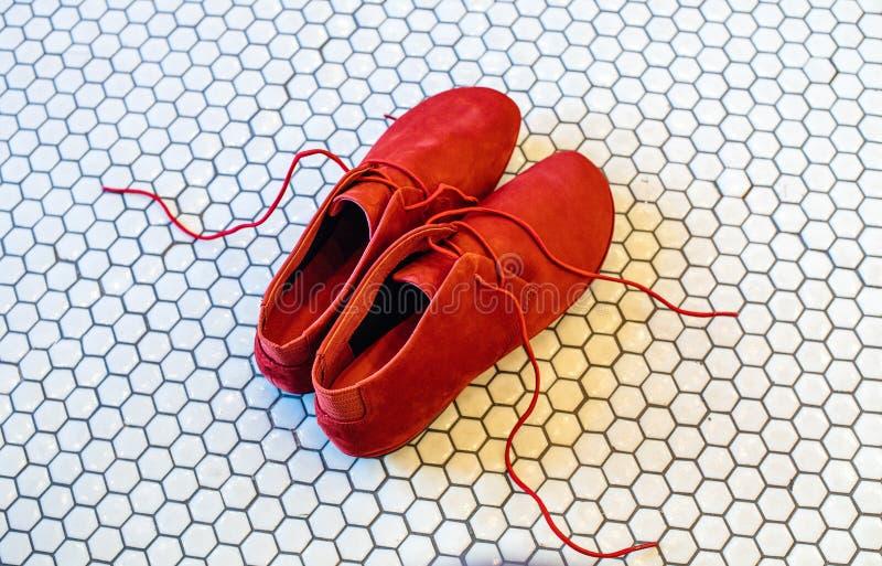 Современные красивые красные ботинки с красными шнурками стоковые фотографии rf