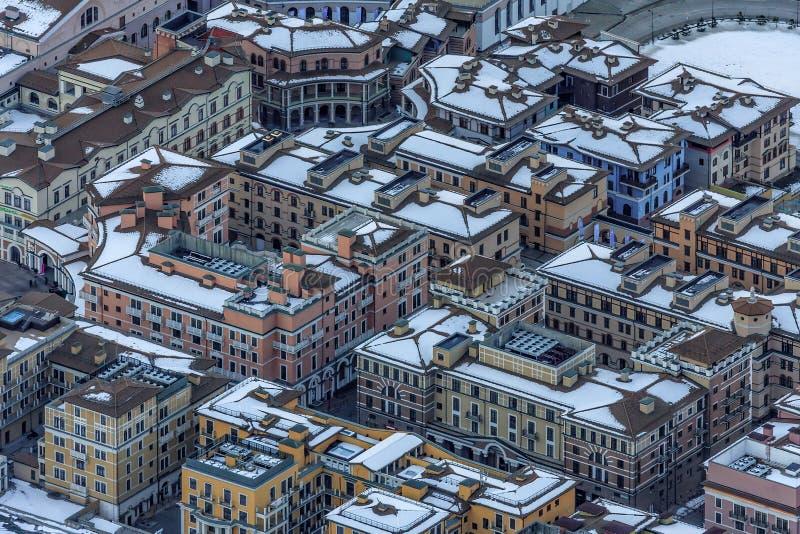 Современные модные гостиницы и квартиры инфраструктуры жилых помещений лыжного курорта горы зимы Gorky Gorod формируют a стоковое фото