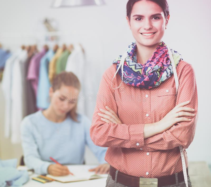 Современные молодые модельеры работая на студии стоковая фотография
