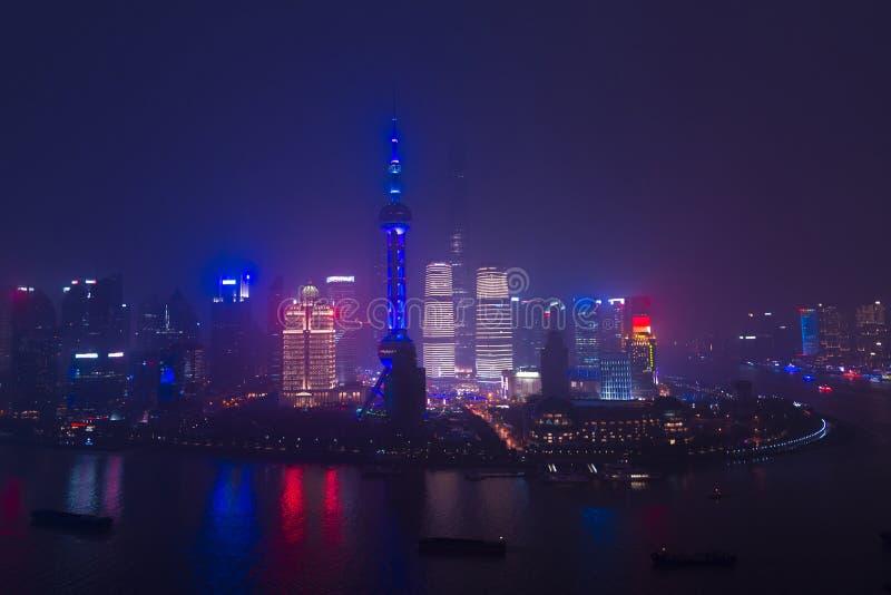 Современные небоскребы города горизонта Шанхая на ноче с reflec стоковое изображение