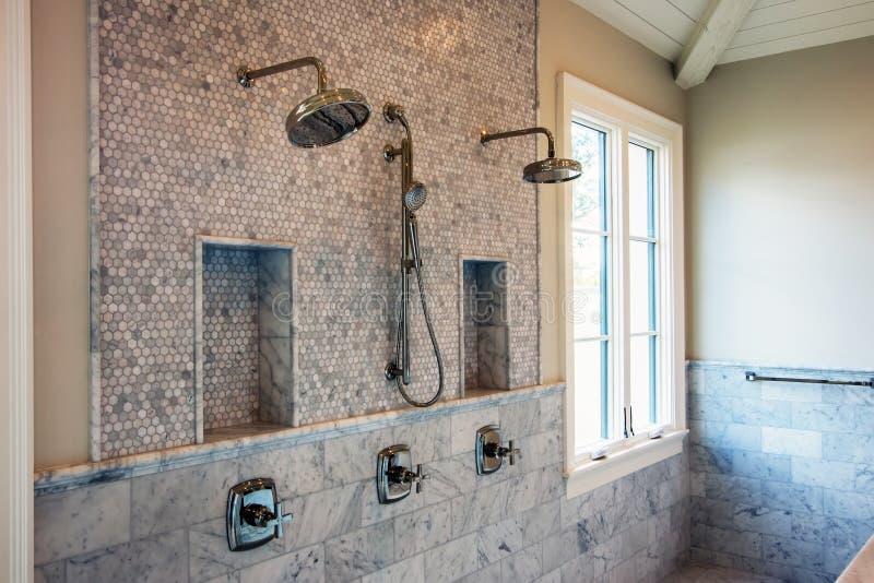Современные домашние внутренние ливни ванной комнаты стоковое изображение rf