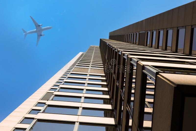 Современные организации бизнеса/самолет небоскребов стоковое изображение rf