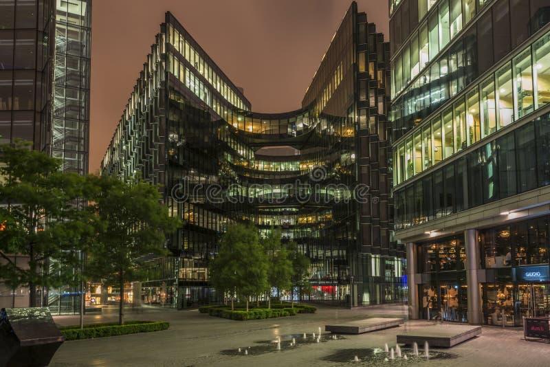 Современные офисные здания Лондона на ноче стоковое изображение
