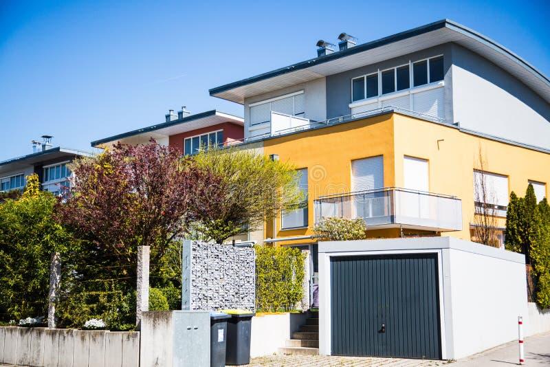 Современные разделенные дома с плоской крышей и гаражом стоковая фотография rf