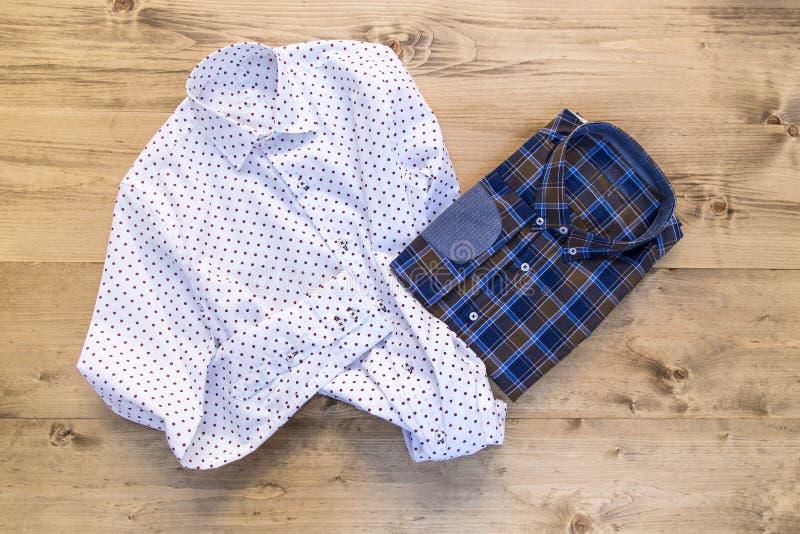 Современные рубашки на деревянной доске стоковое изображение rf