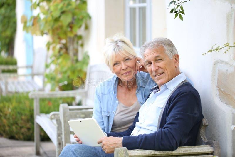 Современные старшие пары подключенные к wifi стоковые изображения