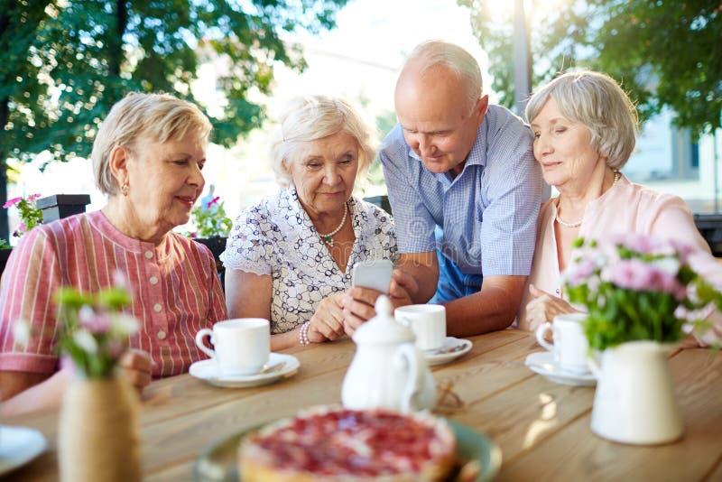 Современные старшии с smartphone стоковые фотографии rf