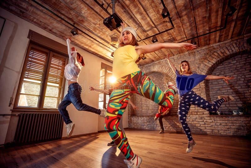 Современные тазобедренные девушки танцев хмеля в городском фитнес-центре стоковая фотография rf
