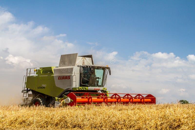 Современные урожаи вырезывания жатки зернокомбайна класса стоковая фотография
