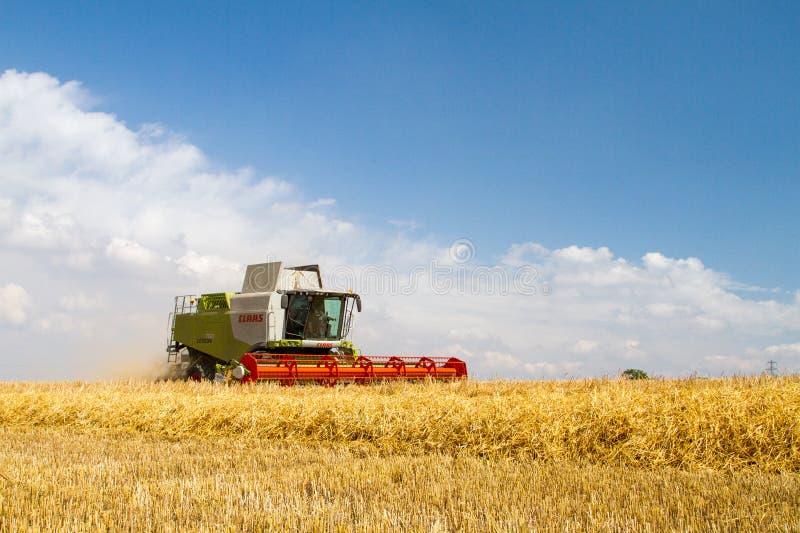 Современные урожаи вырезывания жатки зернокомбайна класса стоковое фото