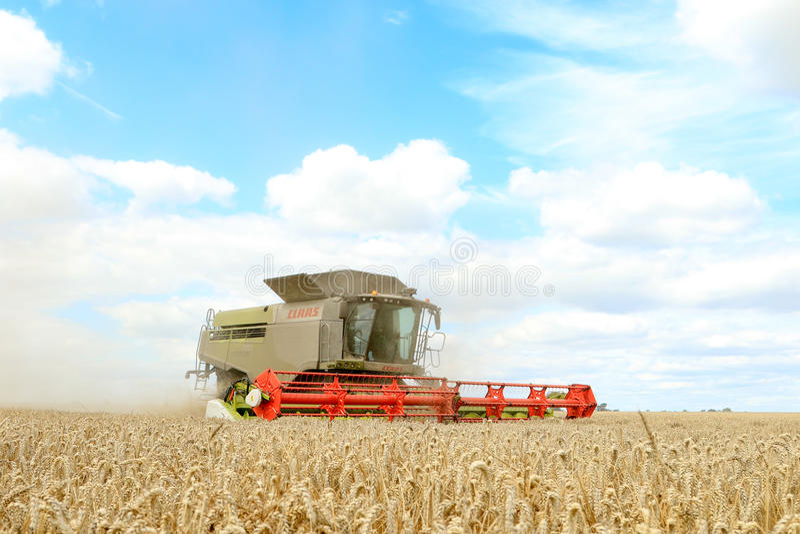 Современные урожаи вырезывания жатки зернокомбайна класса стоковые фотографии rf