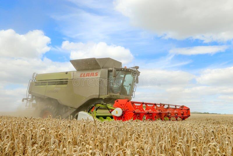 Современные урожаи вырезывания жатки зернокомбайна класса стоковое изображение