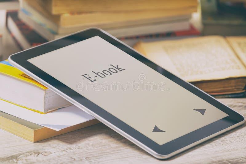 Современные читатель и книги ebook стоковая фотография rf