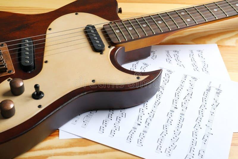 Современные электрическая гитара и листы музыки стоковая фотография rf