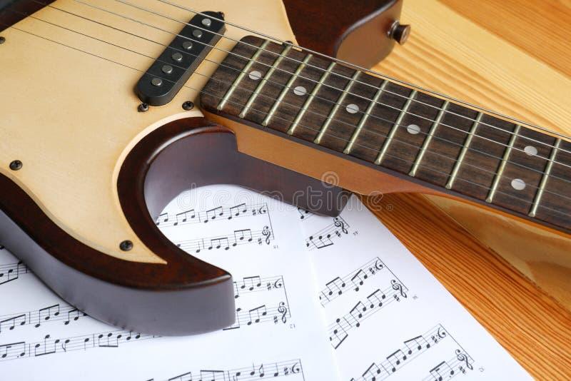 Современные электрическая гитара и листы музыки стоковое фото rf