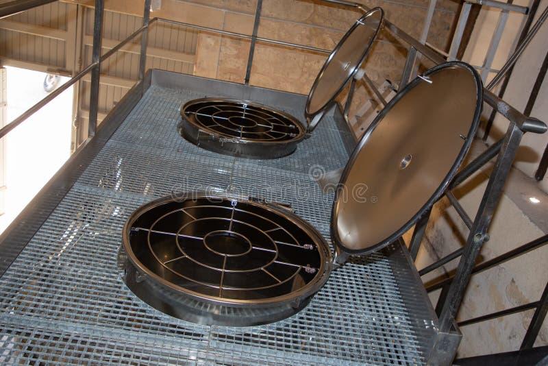 Современные vats виноделия для заквашивать виноградин и произведение в стоковое фото rf