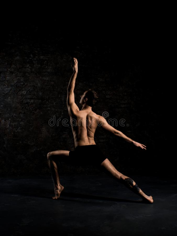 Современный артист балета в скачке исполнительского искусства шортов черноты при пустая черная izolated предпосылка космоса экзем стоковые фото