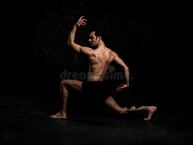 Современный артист балета в элементе танца исполнительского искусства шортов черноты при пустая черная izolated предпосылка космо стоковое изображение rf