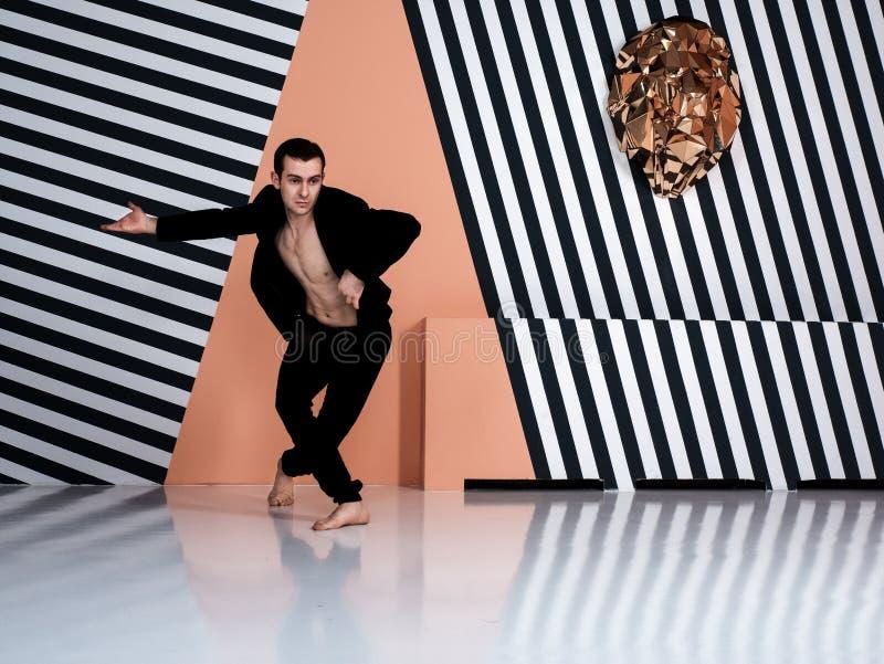 Современный артист балета в элементе танца исполнительского искусства шортов черноты с предпосылкой стоковое фото rf